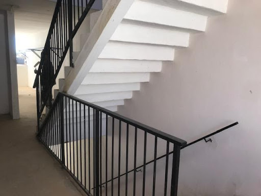 Steel balustrades finishes in a block in Ext 6